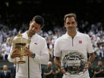 Djokovic (kiri) mempertahankan kejuaraan Wimbledon selepas tewaskan Federer di pentas final. -Foto AP