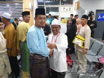 Dr Sahruddin bersalaman dengan jemaah haji rombongan Kerajaan Johor.
