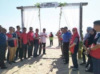 Rahim merasmikan buaian sumbangan SWCorp di Pantai Hiburan. - Foto Ihsan SWCorp