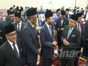Dari kanan Mohamad Nordin, Mukhriz dan Dr Ismail berbincang sesuatu selepas Program Bicara Eksekutif Maqasid Syariah Peringkat Kedah di sebuah hotel hari ini.