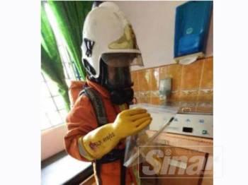 Anggota bomba yang terlibat membersihkan tumpahan merkuri di Hospital Raub hari ini.