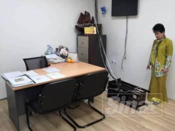 June Leow singgah ke pejabatnya yang dipecah masuk pagi tadi sebelum ke sidang Parlimen.