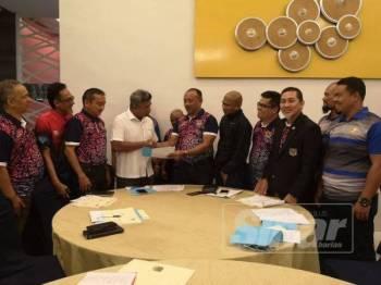 Kamarulnizam (enam dari kanan) bersalaman dengan Timbalan Presiden II PBMK, Mohd Nazrulnizam Mohamad Nat selepas selesai perbincangan berhubung pengesahan Kedah sebagai tuan rumah Kejohanan Piala Emas Raja-Raja 2019.