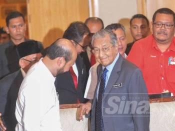 Mukriz (kiri) ditemui pada Mesyuarat Majlis Pimpinan Tertinggi Bersatu yang dipengerusikan Tun Dr Mahathir Mohamad, di sini hari ini. - FOTO SHARIFUDIN ABDUL RAHIN