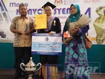Nur Hayati (tengah) bergambar bersama ibu dan bapanya selepas dipilih sebagai penerima Anugerah Khas Tan Sri Rozali Ismail sempena Majlis Konvokesyen Ke-14 PSIS semalam.