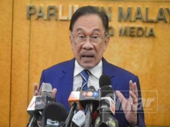 Anwar ketika bercakap pada sidang media di lobi Parlimen di sini hari ini. - Foto SHARIFUDIN ABDUL RAHIM