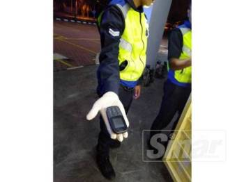 Sebuah telefon bimbit dijumpai tercicir di pintu hadapan pejabat berkenaan yang dipercayai milik suspek
