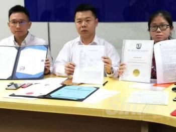 Jia Kee, Guon Nan dan Chee Wai pada sidang media di Wisma MCA.