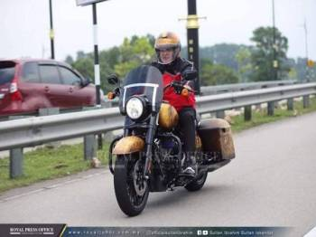 Sultan Ibrahim menunggang motosikal berkuasa tinggi ke Forest City semalam.