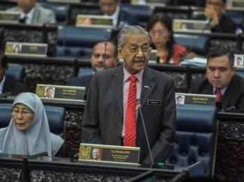 Dr Mahathir ketika sesi menggulung perbahasaan undang-undang pindaan had umur 18 tahun untuk layak mengundi pada sidang Parlimen di Bangunan Parlimen hari ini. -Foto Bernama