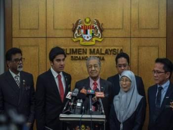 Dr Mahathir bercakap pada sidang media selepas sesi menggulung perbahasaan undang-undang pindaan had umur 18 tahun untuk layak mengundi pada sidang Parlimen di Bangunan Parlimen hari ini. -Foto Bernama