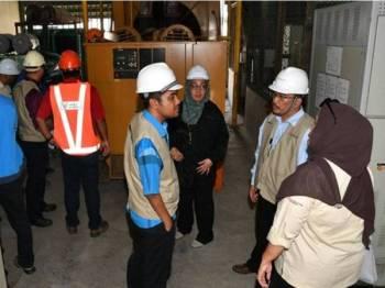 Mohd Elmi (dua dari kanan) mengetuai serbuan di sebuah pusat memproses makanan laut di Endau hari ini kerana dipercayai mencuri bekalan elektrik sehingga menyebabkan kerugian kepada Tenaga Nasional Berhad (TNB) yang dianggarkan kira-kira setengah juta ringgit. - Foto Bernama