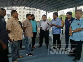 Mohd Izhar (tiga,kanan) bersama Ketua Penolong Pengarah Pengangkutan Bandar MBJB, Mohd Rafi Jasman (empat,kanan) ketika mengadakan pertemuan dengan penduduk di sini, hari ini.