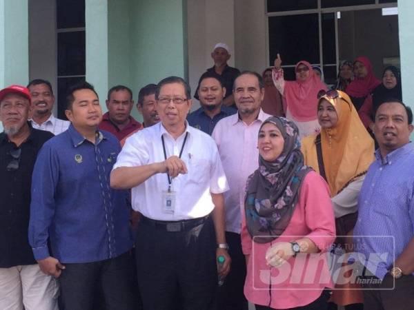 Mohammad Nizar (tengah) berbincang bersama penduduk serta agensi terlibat berkenaan masjid baharu di Kampung Seri Jaya, di sini hari ini.