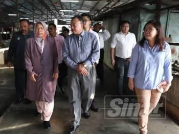 Zuraida (kiri) ketika meninjau keadaan Pasar Awam Pasir Pinji, hari ini.