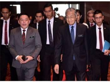 Perdana Menteri Tun Dr Mahathir Mohamad (dua, kanan) diiringi Menteri Perdagangan Antarabangsa dan Industri Darrel Leiking (dua, kiri) ketika hadir pada Majlis Perasmian 'Beyond Paradigm Summit 2019' di Pusat Perdagangan dan Pameran Antarabangsa Malaysia (MITEC) hari ini.