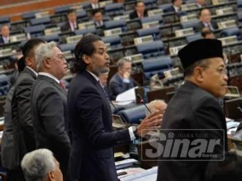 Keadaan di Dewan Rakyat bertukar kecoh hari ini susulan perkataan 'rompak' yang didakwa digunakan oleh Ahli Parlimen Bagan, Lim Guan Eng ketika memberi kenyataan mengenai bayaran balik cukai barangan dan perkhidmatan (GST) . - FOTO SHARIFUDIN ABDUL RAHIM