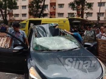 Mangsa yang terjatuh dari tingkat 14 pangsapuri terperangkap dalam sebuah kereta.