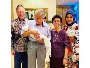 DS Umie Aida dan keluarga ketika mengunjungi Tun Mahathir dan isteri. - FOTO: Instagram DS Umie Aida