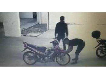Gelagat dua suspek yang berjaya dirakam CCTV.
