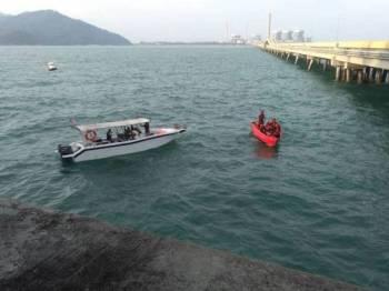 Anggota bomba masih menjalankan operasi SAR mencari mangsa yang dikatakan terjatuh. - Foto IHSAN BOMBA