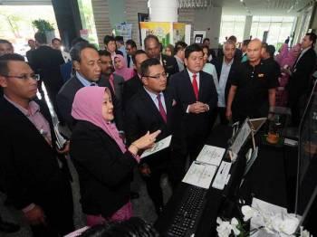 Menteri Besar Selangor Amirudin Shari (depan, tengah) bersama Yang Dipertua Majlis Perbandaran Klang Datuk Yasid Bidin ketika melawat ke tapak pameran pada Program Wacana Perbandaran Rendah Karbon Ke Arah Bandar Pintar (Smart City) Negeri Selangor 2019 di sebuah hotel di Klang hari ini.  - Foto BERNAMA