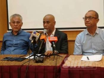 Nazri (tengah) menegaskan nelayan tetap dengan pendirian mereka iaitu membantah PSR di selatan Pulau Pinang.