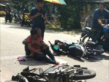 Razali yang dalam perjalanan menjemput isteri maut dalam kemalangan di Kampung Kok Keli manakala seorang lagi penunggang lain cedera. - Foto IHSAN PEMBACA