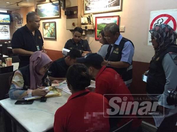 Penguatkuasa JTK semasa membuat pemeriksaan di salah sebuab restoran sekitar Seremban hari ini.