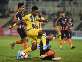 Pemain Pahang Mohamadou Semareh (dua, kiri) dihalang pertahanan Felda United Thiago Junio De Aquino pada perlawanan Liga Super 2019 di Stadium Darul Makmur, malam tadi. - Foto Bernama