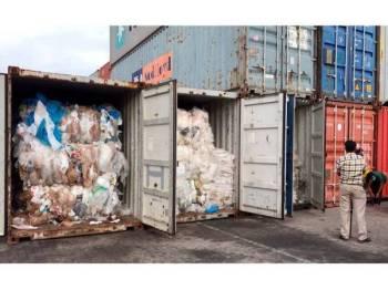 Pegawai memeriksa kontena yang dipenuhi timbunan sisa plastik di pelabuhan Sihanoukville Kemboja.  - Foto AP