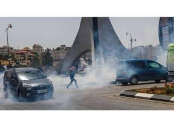 Tentera Israel melepaskan tembakan gas pemedih mata di pos pemeriksaan Beit El di utara Ramallah semalam.