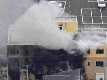 Bomba berusaha memadan kebakaran di sebuah syarikat penerbitan animasi di Kyoto Jepun.