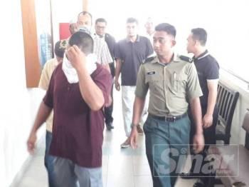 Sebahagian tertuduh diiringi pegawai penguatkuasa Jabatan Perhutanan Negeri Kedah menuju ke Mahkamah Sesyen Alor Setar hari ini.