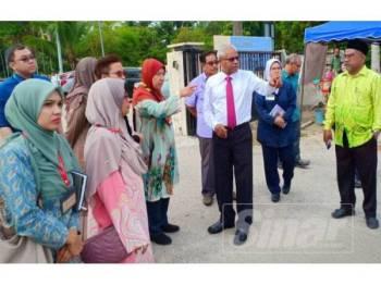 Sivanesan (tiga dari kanan) ketika mengadakan lawatan ke Klinik Kesihatan Chemor hari ini.
