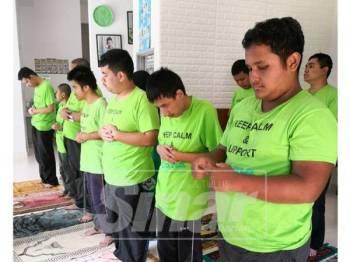 Remaja autisme di Arisma menunaikan solat Zuhur beramai-ramai dan solat sunat Duha pada setiap hari.