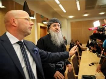 Mullah Krekar (dua dari kiri) ditahan Agensi Perisikan Norway (PST) pada Isnin lalu di Oslo di bawah waran tangkap antarabangsa dan Itali.