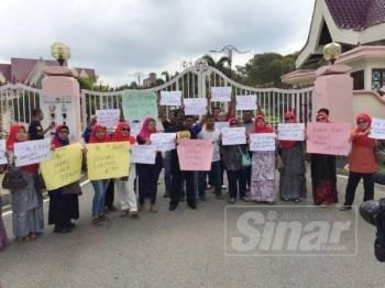 Sebahagian penduduk dan ahli Umno Serkam yang mengadakan demo bantahan terhadap Exco tersebut di hadapan pintu masuk Seri Negeri, Ayer Keroh, di sini, hari ini.