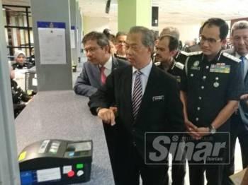 Muhyiddin membuat tinjauan di kaunter Jabatan Imigresen Putrajaya di sini hari ini.