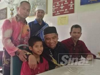 Muhammad Danial bersama Nik Muhammad (dua dari kanan) dan guru-guru SMK Dato Mahmud Paduka Raja 2 selepas sidang media pagi tadi.