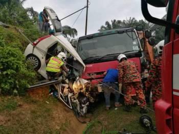 Keadaan kereta dan lori yang terlibat dalam kemalangan di KM40 Jalan Lipis-Sungai Koyan petang tadi. - Foto ihsan polis