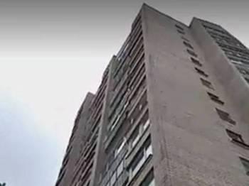 Pasangan wanita itu terselamat kerana menghempap tubuh mangsa selepas kedua-duanya terjatuh dari tingkat sembilan sebuah flat di Rusia.