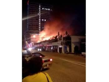 Api marak membakar deretan 12 lot rumah kedai di Jalan Jubilee.