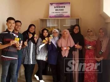 Pelajar gembira mengambil makanan secara percuma dari Gerobok Rezeki yang diwujudkan di Pusat Hidayah UiTMCT Kampus Dungun.