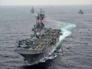 Kapal perang USS Boxer menembak jatuh dron Iran di Selat Hormuz.