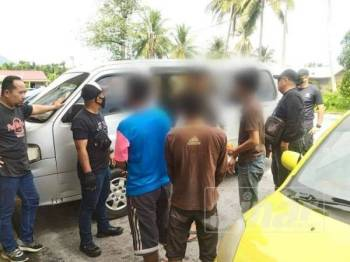Beberapa individu yang ditahan dalam Operasi Aduan dibawa ke pejabat AADK Yan untuk disoal siasat.