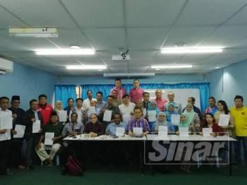 Mark (duduk, empat dari kiri) bersama Gabungan Ketua Cabang dan Pimpinan Akar Umbi PKR Johor selepas sidang media di Pusat Khidmat Ahli Parlimen Batu Pahat, hari ini.