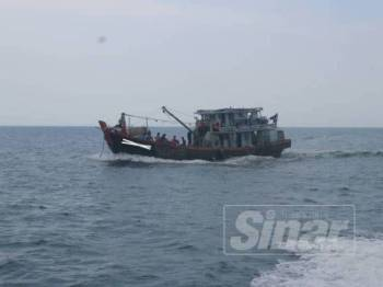 Bot nelayan tempatan yang ditahan APMM Mersing semalam.