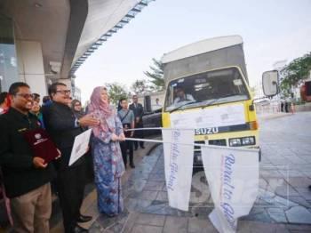 Rina melepaskan Usahawan Kementerian Pembangunan Luar Bandar di perkarangan Kementerian Pembangunan Luar Bandar hari ini.  - FOTO SHARIFUDIN ABDUL RAHIM