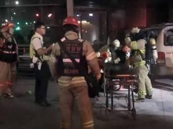 Lelaki terbabit membakar dirinya di dalam kereta yang diparkir di hadapan Kedutaan Jepun di Seoul semalam. - Foto AFP